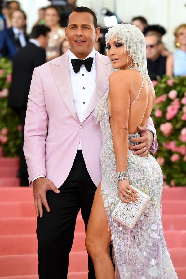 Jennifer Lopez khoe lưng trần bên hôn phu Alex Rodriguez.
