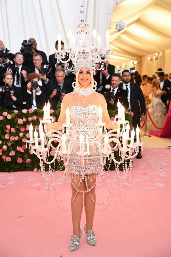 Katy Perry khoác lên người chùm nến bạc, tỏa sáng trên thảm đỏ Met Gala 2019 tại Bảo tàng Mỹ thuật Metropolitan ở New York.