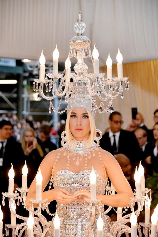 Chủ đề của lễ hội thời trang năm nay tôn vinh những trang phục quái, dị, phóng túng và mang tính giải trí, đi ngược lại quy chuẩn bình thường, vì thế các nghệ sĩ thỏa sức sáng tạo trong những bộ đồ có một không hai.