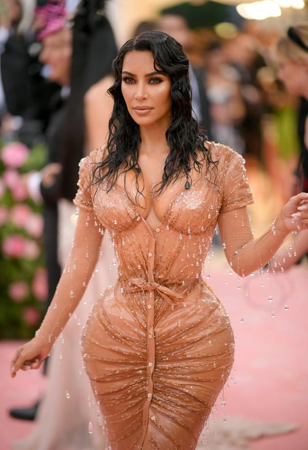 Kim Kardashian thu hút sự chú ý với bộ đầm diêm dúa khoe đường cong nóng bỏng. Chiếc váy Mugler đính đá của ngôi sao 38 tuổi mất 8 tháng mới hoàn thành xong.