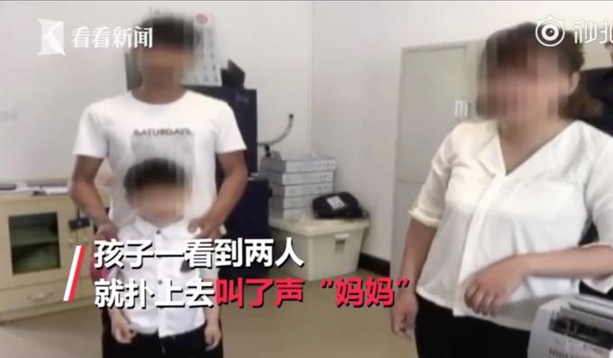 Cặp vợ chồng đoàn tụ với con trai ở đồn cảnh sát. Ảnh: Weibo.