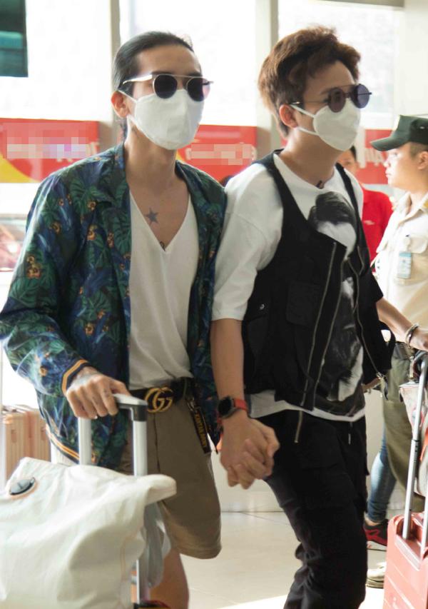 BB Trần và Ngô Kiến Huy khiến không ít khán giả chú ý khicùng bịt khẩu trang, nắm tay như tình nhân ở sân bay. Cả hai đều