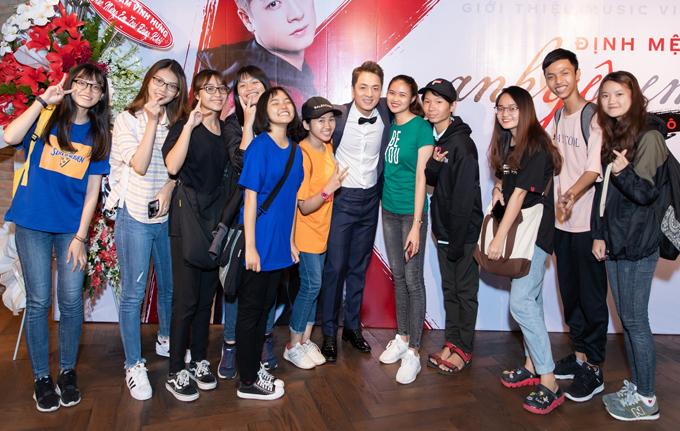 Nhiều fan đến ủng hộ nam ca sĩ trong ngày ra MV Định mệnh anh yêu em.