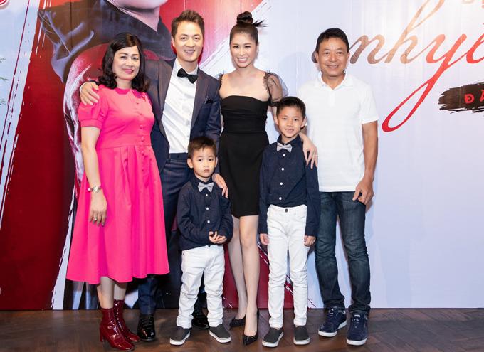 Bố mẹ Đăng Khôi đến chung vui với con trai.