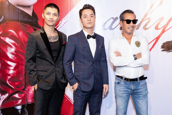 Cường Seven (trái) và nhà thiết kế Thuận Nguyễn đọ phong độ với chủ nhân sự kiện.
