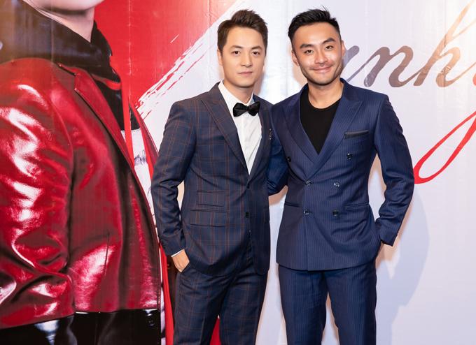 MC Dustin Nguyễn chỉn chu, lịch lãm chụp ảnh cùng Đăng Khôi.
