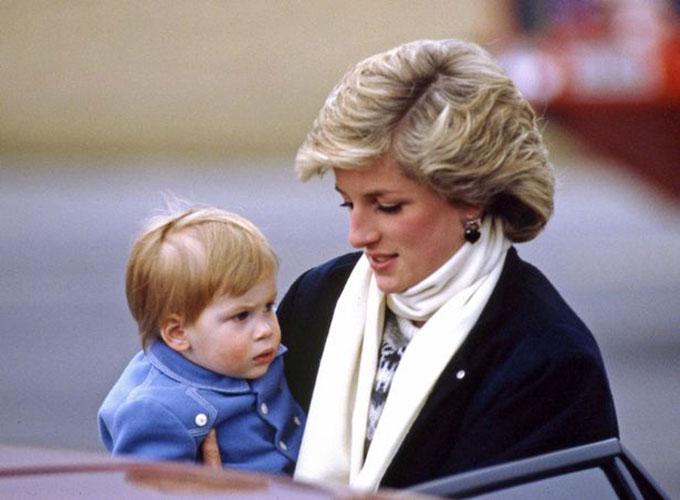 Hoàng tử Harry được mẹ Diana bế khi còn nhỏ. Ảnh: UK Press.