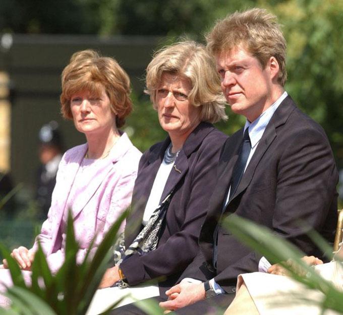 Chị em ruột của cố Công nương Diana, Sarah (trái), Jane (giữa) và Charles Spencer (phải). Ảnh: PA.