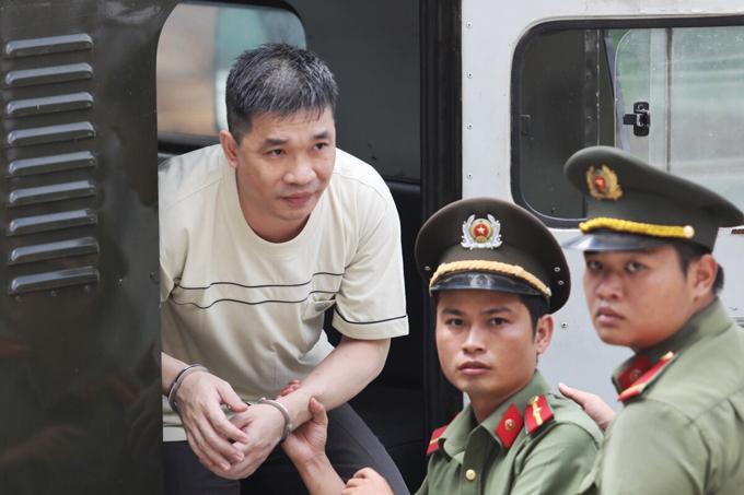 Văn Kính Dươnggiữ vẻ bình thản khi đến tòachiều nay. Ảnh: Thành Nguyễn.