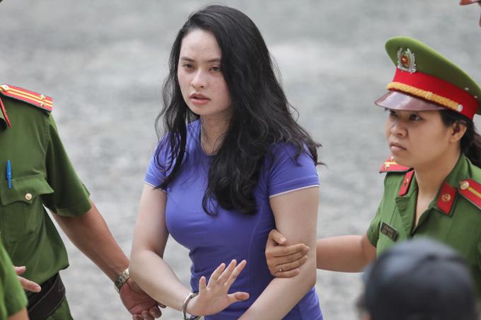 Hot girl Ngọc Miu đến tòa trong trang phục khácvà không còn né tránh ống kính như buổi sáng. Ảnh: Thành Nguyễn.