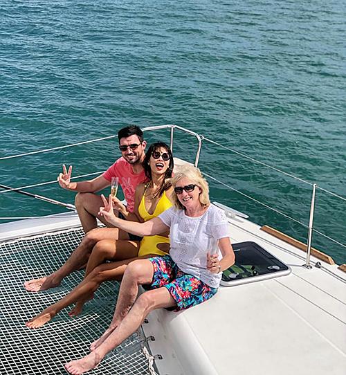 Vợ chồng cô đã thuê du thuyền hạng sang để đưa mẹ chồng đi ngắm cảnh biển.