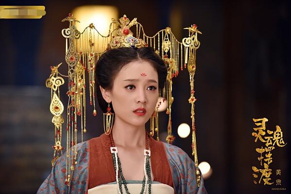 Hà Hoa sinh ra tại tỉnh Hồ Bắc Trung Quốc. Sau khi tốt nghiệp Đại học Hồ Nam, cô bén duyên với nghiệp diễn vào năm 2013 qua tác phẩm đầu tay Chiến địa Sư Hống. Tuy góp mặt trong nhiều phim truyền hình nhưng mỹ nhân không được ưu ái như các đàn chị, đất diễn của cô cũng rất ít ỏi. Phải đến khi tham gia bộ phim Dẫn độ linh hồn năm 2017, Hà Hoa mới để lại dấu ấn cho khán giả nhờ diễn xuất có hồn và vẻ đẹp trong sáng. Sắp tới, nữ diễn viên sẽ đảm nhiệm vai nữ chính trong web drama Thâm cung sửu nữ.