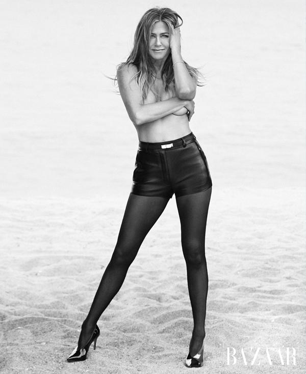 Jennifer Aniston gợi cảm trên Harper's Bazaar.