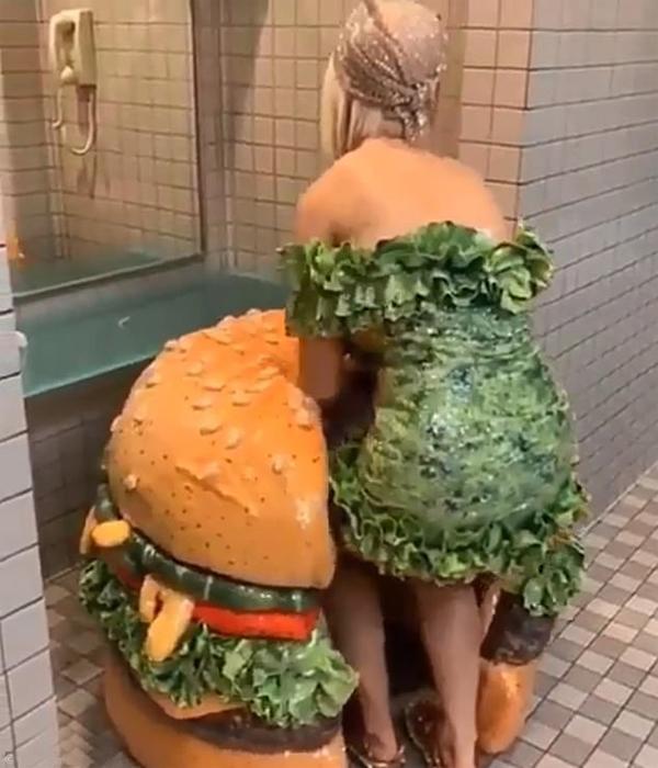 Katy phải vật lộn thoát ra và chui vào lại chiếc bánh mì kẹp thịt trong toilet.