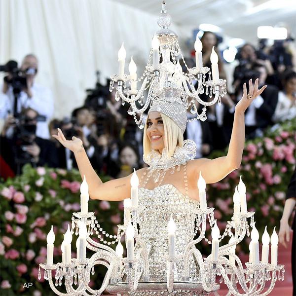 Trước đó, cô mặc bộ đèn chùm lung linh, tỏa sáng trên thảm đỏ tại Bảo tàng mỹ thuật Metropolitan, New York.