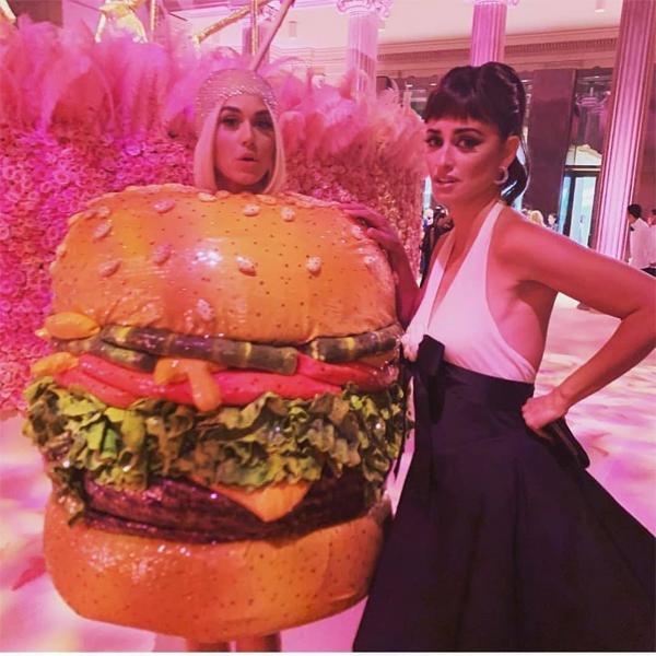 Nữ diễn viên Penelope Cruz tỏ ra tội nghiệp cho Katy nhưng nữ ca sĩ không hề thấy khó chịu. Giọng ca The Roar vốn là người thích hóa trang và chơi trội trong các sự kiện với những trang phục độc đáo nhất.