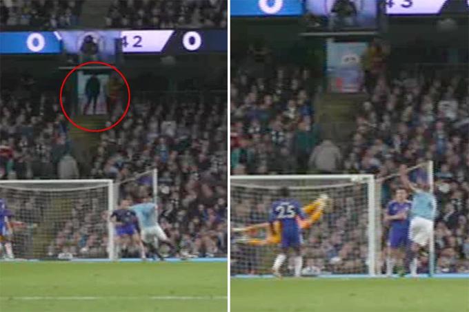 Một fan Man City quay lưng vào khung thành khi Kompany sút bóng