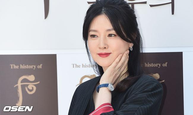 Ở tuổi 48, Lee Young Ae được khen ngợi vì nhan sắc quý phái, dù dấu vết thời gian dần đã hiện ở đuôi mắt, khóe miệng.