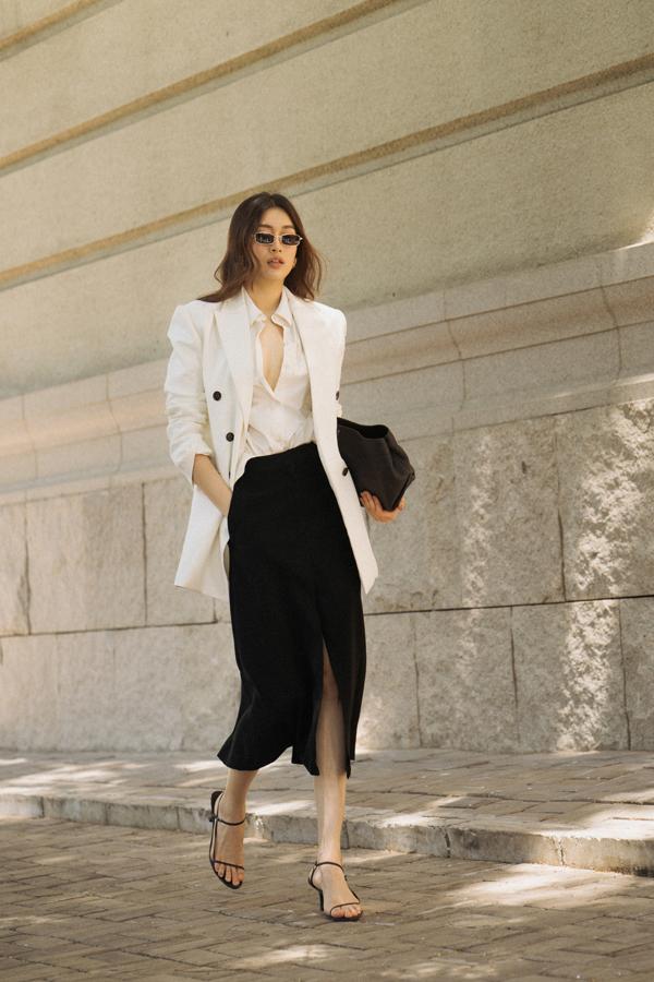 Trang phục đơn sắc, kiểu dáng hiện đại giúp người đẹp khoe nét sang trọng, thanh lịch khi xuống phố.
