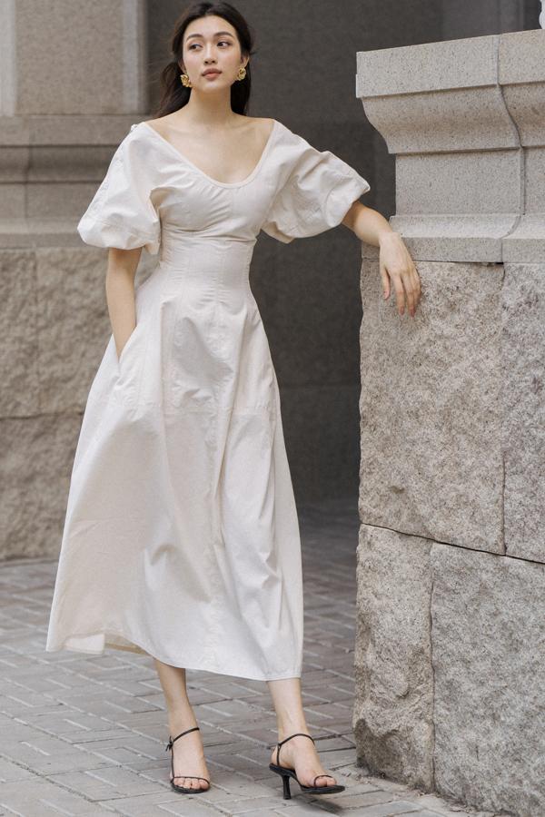 Các mẫu váy của Lâm Gia Khang được chăm chút về phần chọn chất liệu hợp mùa và tạo phom tôn nét gợi cảm, thanh nhã cho người mặc.