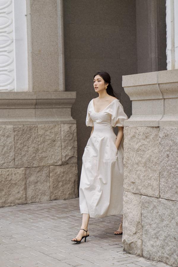 Song song với các mẫu áo phom dáng rộng là những mẫu váy trễ vai, tay bồng may trên chất liệu vải thô tạo cảm giác thoáng mát.