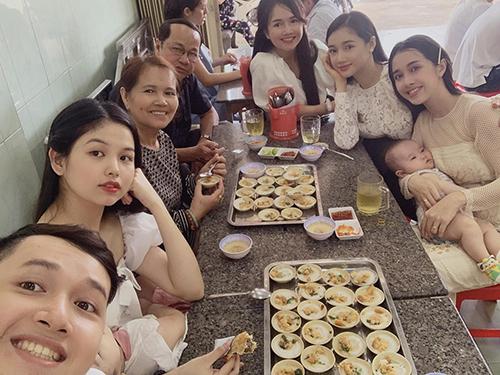 Chị em Nhã Phương cùng bố mẹ thưởng thức nhiều món bánh ở quê nhà.