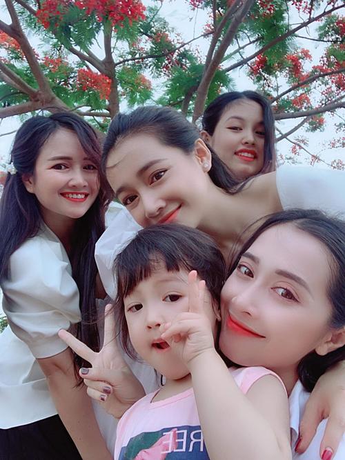 Chị em pose hình cùng chị em gái và em dâu.
