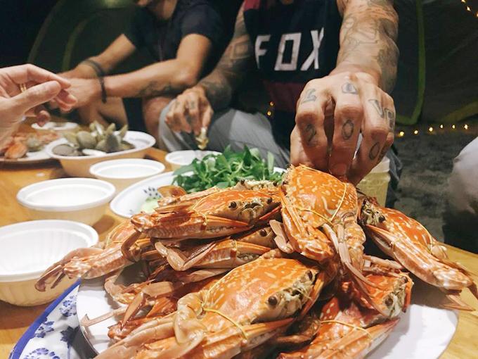 Du khách được ăn 3 bữa, trong đó có nhiều hải sản tươi ngon, đã nằm trong giá tour.