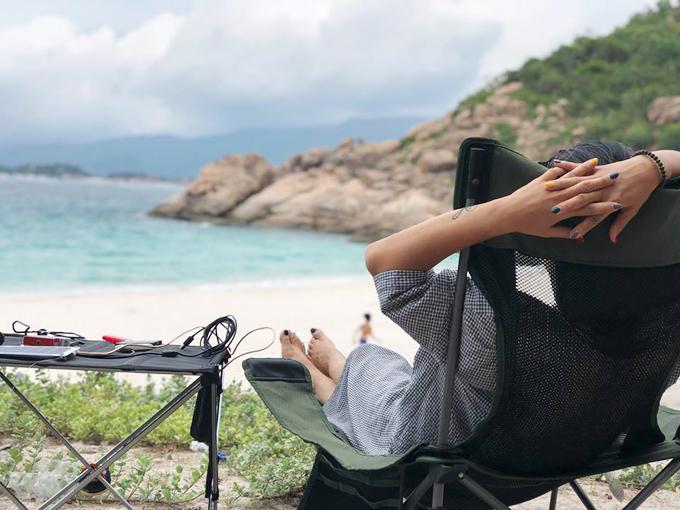 Giá thuê khoảng 1.700.000 đồng/người cho kỳ nghỉ 2 ngày 1 đêm trên đảo. Du khách được cung cấp lều, ba bữa ăn ngon, BBQ hải sản... Bữa tối được set up bằng các dây đèn lung linh, giăng khắp khu lều và bàn ăn. Cả nhà ăn tối, ngắm trăng và tận hưởng gió biển rất dễ chịu. Ngoài ra nếu bạn có nhu cầu chơi những trò chơi thể thao trên biển, người quản lý sẽ liên hệ dịch vụ đến tận bãi tắm để phục vụ nhu cầu, giá cả sẽ được báo trước. Trên đảo có hai phòng tắm nước ngọt với vòi sen và nhà vệ sinh.