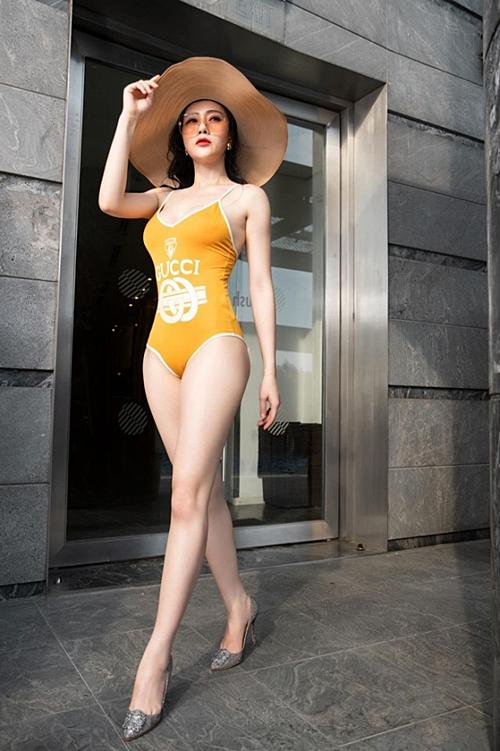 Phương Oanh diện bikini tôn dáng vòng 3 khủng và đôi chân dài.
