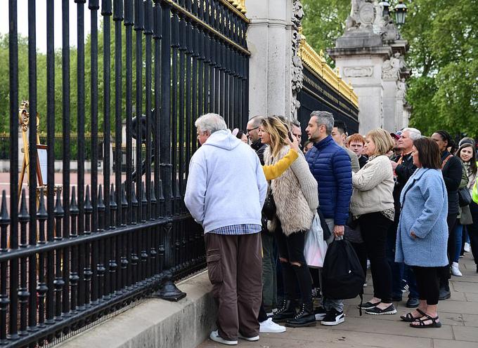Người dân đọc thông báo về sự ra đời của thành viên hoàng gia mới nhất ở Điện Buckingham hôm 6/5. Ảnh: UK Press.