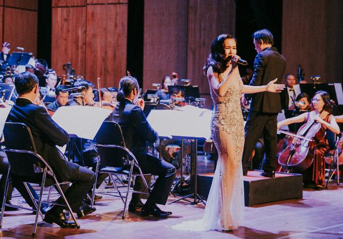 [Caption] Mới đây, Võ Hạ Trâm đã có buổi biểu diễn thành công cùng dàn nhạc giao hưởng tại nhà hát Thành Phố trong chuỗi chương trình hát những ca khúc trong các bộ phim kinh điển của thế giới như Jame Bonds, cướp biển Caribe, Frozen...    Tham dự chương trình lần này là cơ hội lớn để Võ Hạ Trâm có thể thể hiện được dòng nhạc mà mình theo đuổi và yêu thích trong suốt thời gian vừa qua. Đi cùng cô đến với đêm diễn không ai khác chính là ông xã người Ấn Độ Vikas, cả hai quấn quýt nhau không rời trong hậu trường buổi biểu diễn. Võ Hạ Trâm từng cho biết, chính ông xã là người đã tiếp them động lực lớn cho cô để vững bước trên con đường âm nhạc khó khăn và đầy mạo hiểm này.