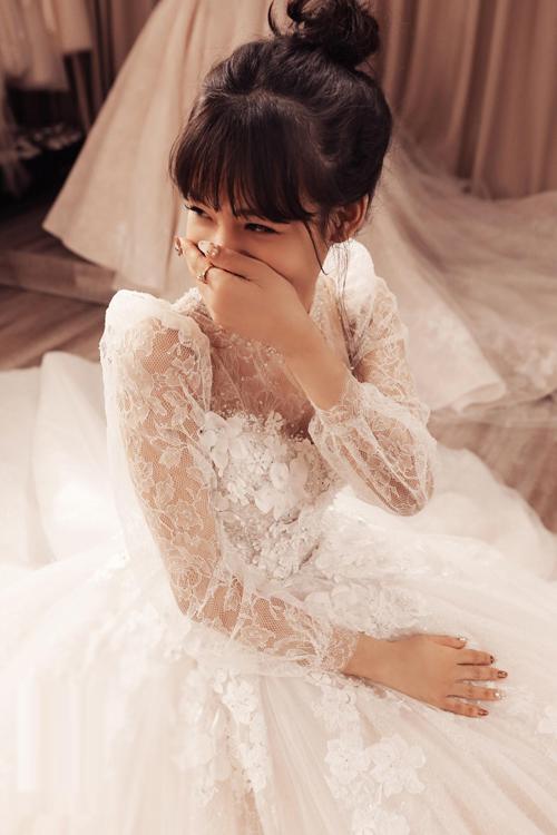 Khoảnh khắc nhìn thấy cô dâu xúc động trong lần đầu tiên mặc chiếc váy cưới thiết kế cho riêng mình với Phương Linh là điều vô giá.