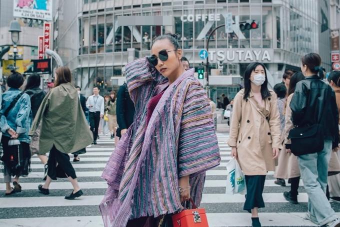 Nữ ca sĩ tự phối trang phục, tạo dáng ở trung tâm Shibuya, Toky