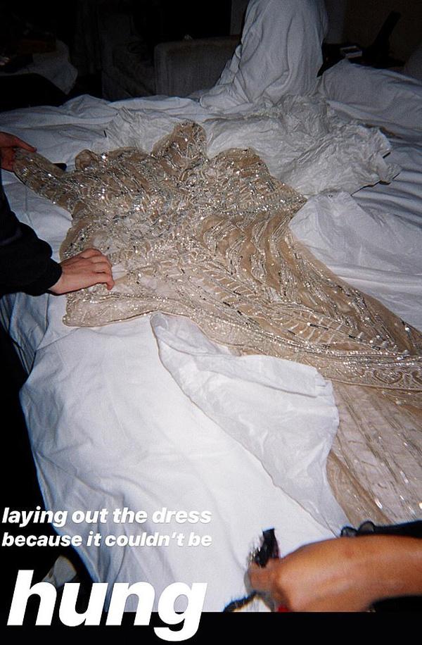Bộ váy Met Gala siêu hở của người đẹp Gone Girl phải trải trên giường vì không thể treo - 1