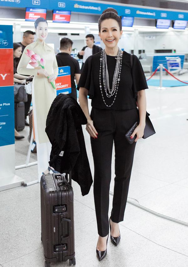[Caption]  Tại sân bay, Diễm My diện trang phục màu đen kết hợp quần âu, áo đơn giản kết hợp cùng áo khoác bên ngoài. Nữ diễn viên tạo nên hình ảnh sang trọng quen thuộc với mái tóc búi cao, đeo vòng cổ ngọc trai. Kết hợp cùng bộ cánh là chiếc túi Kelly Hermes 28 trị giá 7.750 Euro được Diễm My sắm trong chuyến đi Pháp vừa qua. Để chuẩn bị cho show diễn lần này, Diễm My cũng chi mạnh tay cho nhiều món phụ kiện đắt đỏ đến từ các nhà mốt hàng đầu châu Âu.