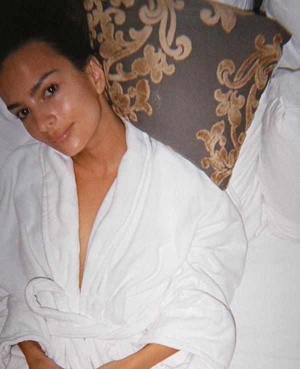 Bộ váy Met Gala siêu hở của người đẹp Gone Girl phải trải trên giường vì không thể treo - 2