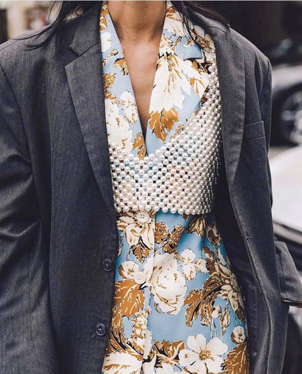 Các mẫu áo hai dây, áo bra được tạo nên bởi hạt ngọc trai, cườm trắng, pha lê từng được fashinista thế giới ưa chuộng ở mùa mốt 2018. Tuy nhiên, khi mới xuất hiện, chúng chỉ được chọn làm điểm nhấn nhẹ nhàng trên những set đồ thu đông.