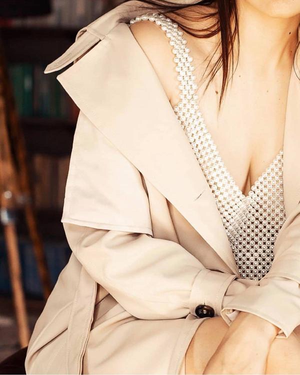 Mẫu áo thủ công được mix-match ấn tượng cùng các trang phục dạo phố để khiến phái đẹp khoe vẻ sexy.