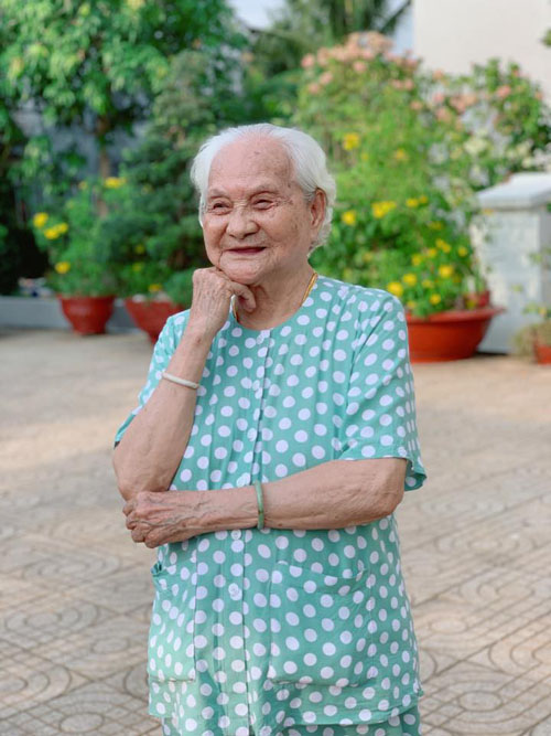 Mẹ Lý Hải đã cao tuổi, bà có dáng người phúc hậu. Lý Hải trêu: