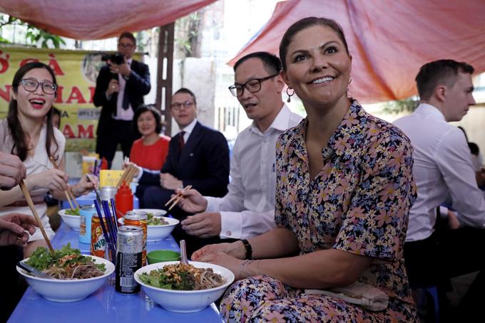 Trước đó, Công chúa kế vị Thụy Điển Victoria Ingrid Alice Desiree và phu quân trưa ngày 7/5 đã đến một quán vỉa hè trên phố Kim Mã Thượng, quận Ba Đình, Hà Nội để thưởng thức món bún bò.  Đại sứ Thụy Điển tại Việt Nam Pereric Högberg cùng một số cán bộ Đại sứ quán đi cùng Công chúa, khám phá ẩm thực đường phố ở thủ đô.