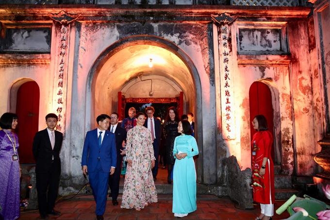 Sau một ngày dài với lịch trình bận rộn, chiều tối 7/5, Công chúa Victoria tới thăm Văn Miếu Quốc Tử Giám, di tích đa dạng và phong phú hàng đầu của thành phố Hà Nội.