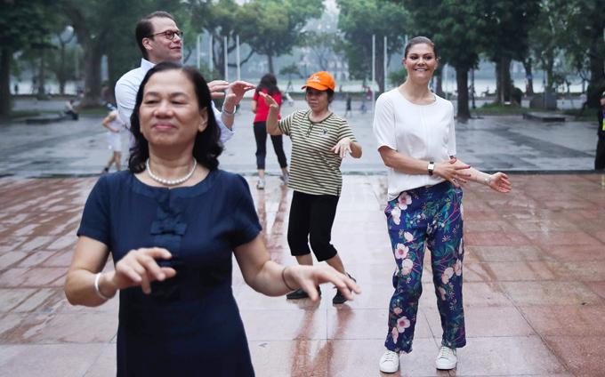 Công chúa tỏ ra thích thú khiđược thực hiện các động tác thể dục của người dân tại tượng đài Lý Thái Tổtrong thời tiết mát mẻ lúc sáng sớm của Hà Nội.