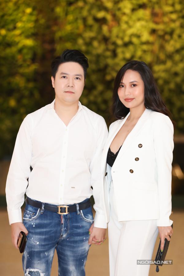 Lê Hiếu và bà xã Thu Trang tại buổi khai trương cơ sở kinh doanh mới của ca sĩ Đàm Vĩnh Hưng.
