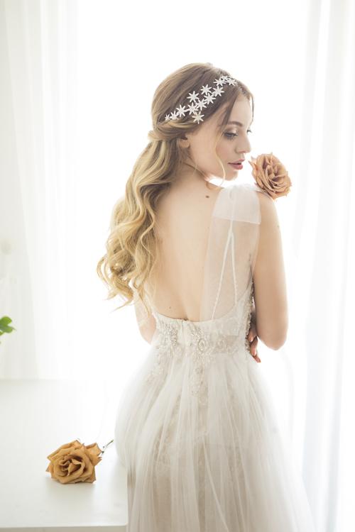 Đồng thời, váy hai dây giúp nàng tự tin khi di chuyển, không cảm thấy khó thở hoặc phần eo bị xiết chặt quá mức. Đằng sau lưng là khoảng hở giúp nàng khoe trọn tấm lưng thon.
