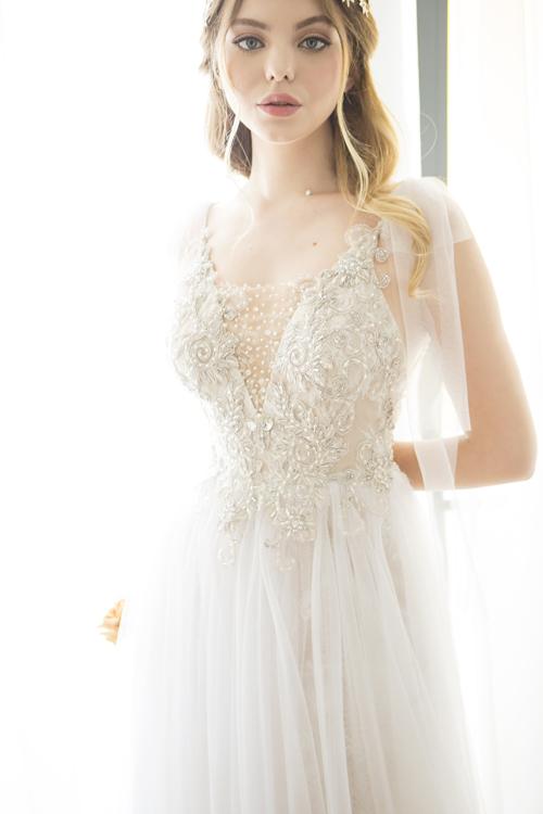 Thân trên của váy được đệm sẵn miếng lót ngực, giúp cô dâu không phải lo lắng về việc hở nội y. Đây cũng là gợi ý hoàn hảo cho nàng có vòng một khiêm tốn bởi lẽ váy hai dây có điểm nhấn ở bờ vai mảnh mai thay vì vòng ngực.
