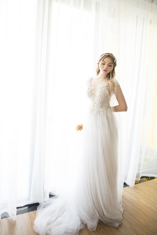 1. Váy cưới hai dây Nét mỏng manh, gợi cảm của váy cưới hai dây luôn cuốn hút những cô dâu chuẩn bị bước lên xe hoa.Mẫu váy giúp từng chuyển động của tân nương giống như cơn gió nhẹ khẽ mơn man. Thân váy được may bởi nhiều lớp vải voan mỏng và được tạo điểm nhấn bởi hai chiếc nơ trên cầu vay giúpcô dâu che khuyết điểm phần vai kém thon gọn. Váy được bán với giá 15 triệu đồng, giá thuê là 6 triệu đồng.