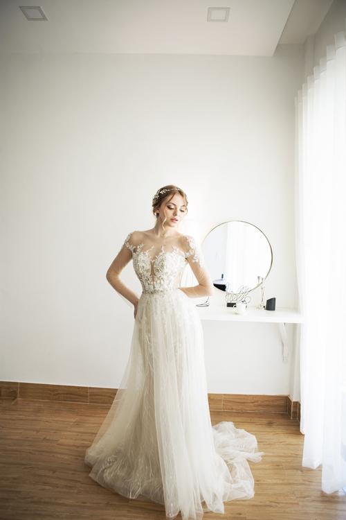Thân dưới của váy được kết hợp từ lớp vải tuyn bên ngoài và vải ren bên trong tạo hiệu ứng ẩn hiện, khiến nàng trở nên bí ẩn và đầy sự quyến rũ. Váy được bán với giá 22 triệu đồng, giá thuê là 9 triệu đồng.