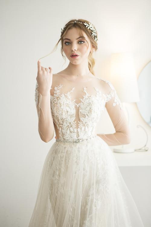 2. Váy cưới ren dáng chữ ABộ đầm mang phom dáng gọn gàng giúp nàng đi lại thuận tiện. Thân trên của váy được làm từ chất liệu ren và vải voan mỏng, đem đến sự nữ tính, tôn nét đẹp thanh thuần, tinh khôi của tân nương. Việc áp dụng xu hướng cổ 2 trong 1 giúp nàng thêm gợi cảm mà vẫn giữ được sự ý nhị.
