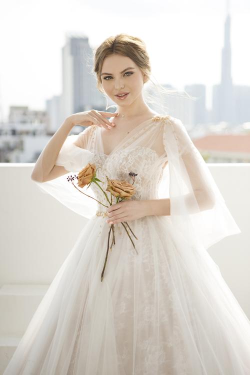 3. Váy cưới tay cánh tiên gợi tả nét bay bổng của cơn gió mùa hạĐiểm nhấn của thiết kế nằm ở tay xòe cánh tiên và được đính pha lê màu trà. Bộ đầm được bán với giá 20 triệu đồng, giá thuê là 8 triệu đồng.